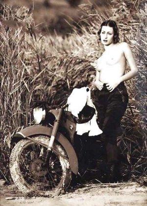 Множество фотографий, на которых девушки показывают обнаженные тела на фоне мотоциклов - фото 39
