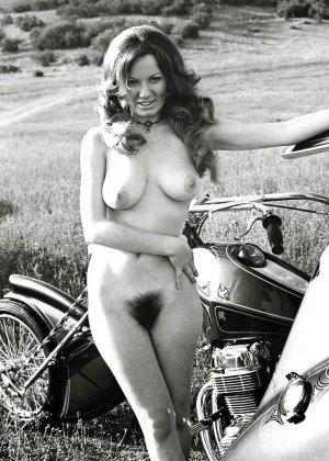Множество фотографий, на которых девушки показывают обнаженные тела на фоне мотоциклов - фото 25