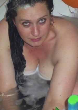 Лаура не обладает идеальным телом, но при этом она не против, чтобы на нее пялились мужики - фото 14