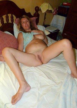 Зрелая дамочка показывает свою пизденку, а затем расслабляется для того, чтобы получить кайф от фистинга - фото 5