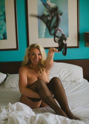 Нежная и чувственная эротика от блондинки с шикарными сиськами - фото 33