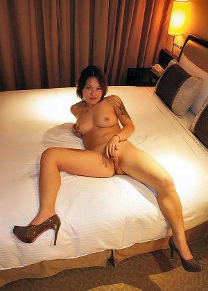 Азиатская красавица демонстрирует сиськи и дырочку между ножками - фото 46