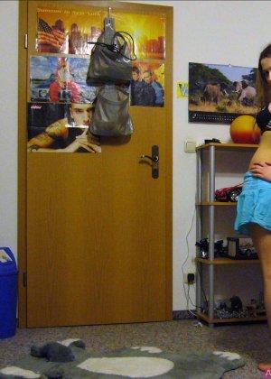 Девушка ставит камеру на автосъемку специально, чтобы снять себя в разных образах – в одежде и без - фото 10