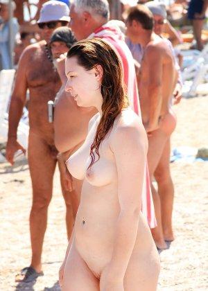 На нудистком пляже много голых девушек, которые с удовольствием показывают себя окружающим - фото 21