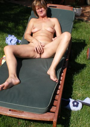 Парочка приезжает на дачу, чтобы отдохнуть и походить без одежды, делая перерыв на секс - фото 2