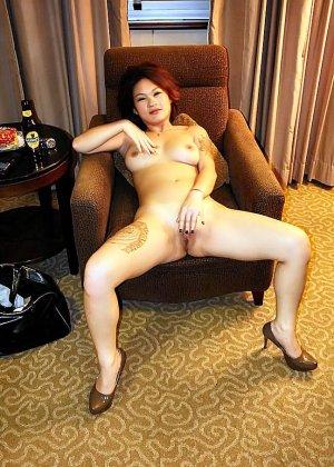 Азиатская красавица демонстрирует сиськи и дырочку между ножками - фото 35