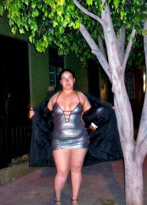 Полная женщина прямо на улице хвастается своей фигурой, абсолютно забывая о всяком стеснении - фото 34