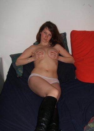 Озорная девушка постепенно снимает с себя всё, показывая классное тело со всеми интимными подробностями - фото 16