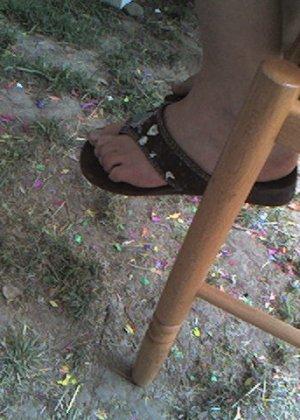 Улыбчивая Лиза очень стесняется, поэтому все, что она может показать – ножки в шлепках - фото 11