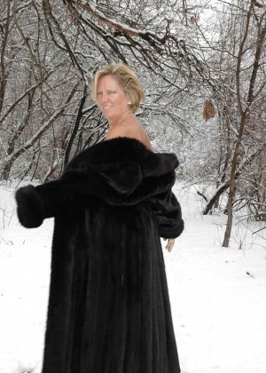 Развратная женщина в черных чулках разделась зимой на улице - фото 14