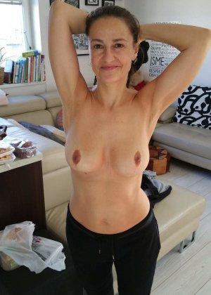 Симпатичная брюнетка с опытом знает все свои достоинства – она следит за своим телом, поэтому стыдиться ей нечего - фото 2