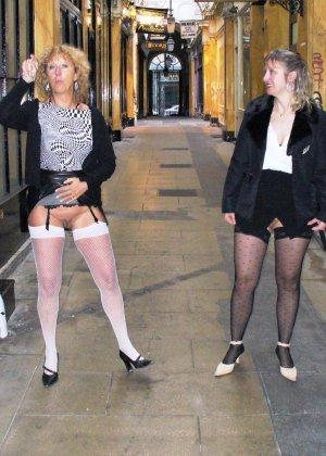 Зрелая женщина гуляет по городу и показывает себя в самых разных ракурсах – ей нравится обращать на себя внимание - фото 12
