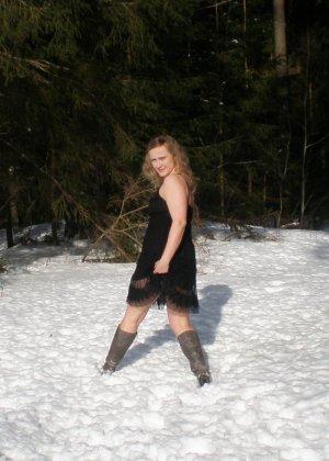Рисковая девушка Яна показывает свою смелость – она может раздеться прямо на улице при минусовой температуре - фото 14
