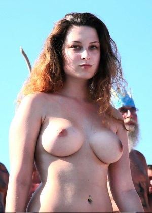 На нудистком пляже много голых девушек, которые с удовольствием показывают себя окружающим - фото 14