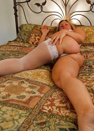 Зрелая женщина с большими буферами показывает свою фигурку в разных ракурсах и образах - фото 14