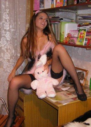 Горячая молодая девушка показывает свое тело в разных эротических нарядах – при этом она всегда сексуальна - фото 11