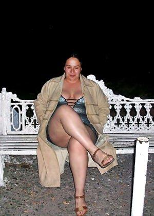 Полная женщина прямо на улице хвастается своей фигурой, абсолютно забывая о всяком стеснении - фото 19