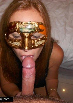 Телочке в маске сунули большой член в рабочий ротик - фото 13