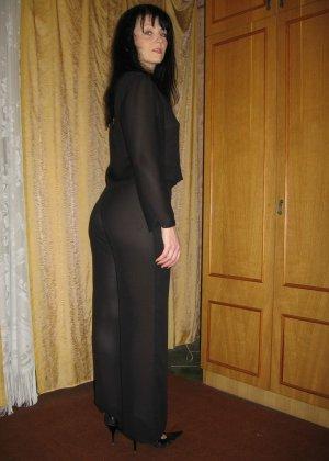 Брюнетка позирует в разных образах, но в каждом из них она обладает особой сексуальностью - фото 17