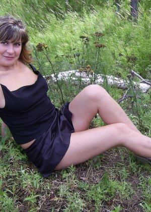 Зрелая женщина готова показать свои прелести всем подряд – она демонстрирует себя прямо на природе - фото 42