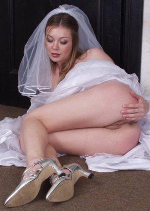Девушка показывают свои тела в свадебных платьях – они совсем не собираются становиться целомудренными - фото 4