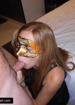 Телочке в маске сунули большой член в рабочий ротик - фото 8