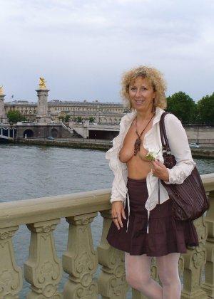 Зрелая женщина гуляет по городу и показывает себя в самых разных ракурсах – ей нравится обращать на себя внимание - фото 36
