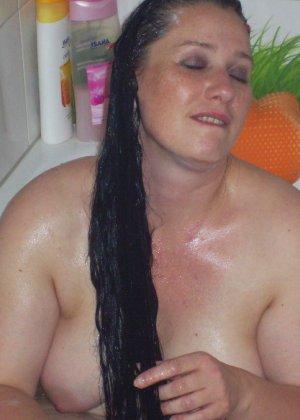 Лаура не обладает идеальным телом, но при этом она не против, чтобы на нее пялились мужики - фото 15