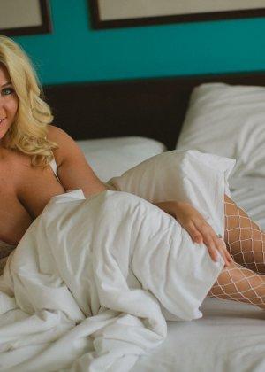 Нежная и чувственная эротика от блондинки с шикарными сиськами - фото 26