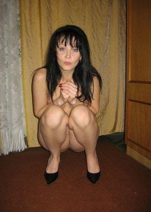 Брюнетка позирует в разных образах, но в каждом из них она обладает особой сексуальностью - фото 35