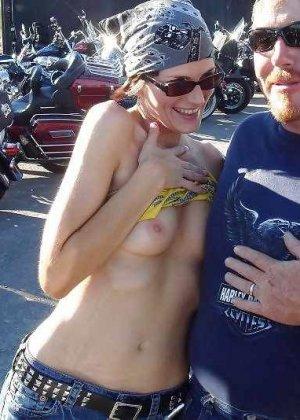 Множество фотографий, на которых девушки показывают обнаженные тела на фоне мотоциклов - фото 45