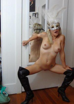 Роскошная и чудесная блондинка демонстрирует сиськи и киску - фото 4