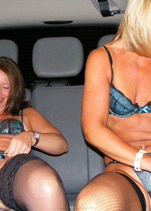 Две представительницы прекрасного пола показали свои дырочки - фото 3