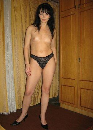 Брюнетка позирует в разных образах, но в каждом из них она обладает особой сексуальностью - фото 24