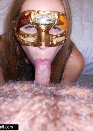 Телочке в маске сунули большой член в рабочий ротик - фото 9