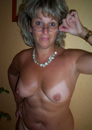 Зрелая дамочка достаточно решительна для того, чтобы показать свою хорошо сохранившуюся фигуру - фото 15