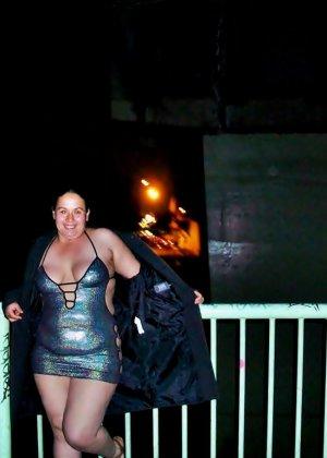 Полная женщина прямо на улице хвастается своей фигурой, абсолютно забывая о всяком стеснении - фото 33