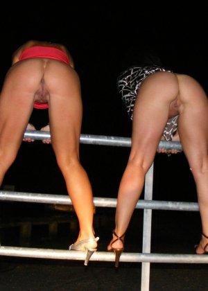 Две представительницы прекрасного пола показали свои дырочки - фото 51