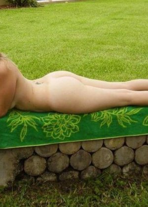 Под открытым небом позирует совершенно голенькая девка - фото 2