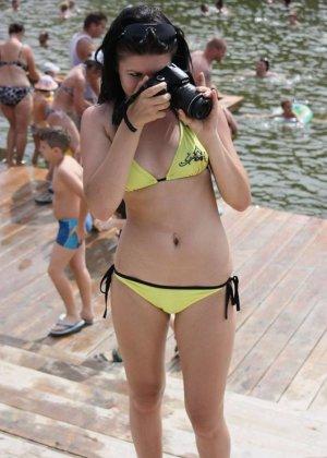 Самые разнообразные девушки хвастаются своими фигурками – кто-то делает селфи, а кто-то участвует в профессиональной фотосессии - фото 25