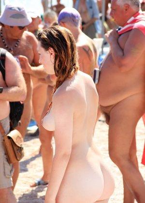 На нудистком пляже много голых девушек, которые с удовольствием показывают себя окружающим - фото 19