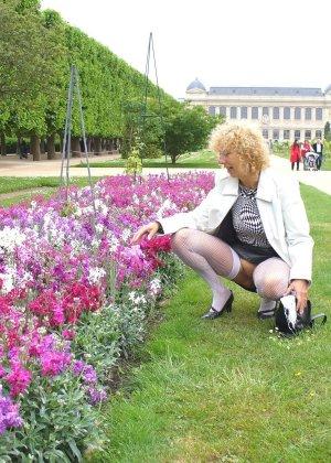 Зрелая женщина гуляет по городу и показывает себя в самых разных ракурсах – ей нравится обращать на себя внимание - фото 7
