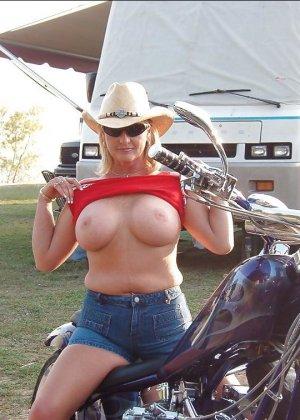 Множество фотографий, на которых девушки показывают обнаженные тела на фоне мотоциклов - фото 12