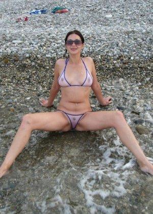 Девушка показывает свое тело на отдыхе, она постепенно раздевается и дает себя разглядеть - фото 23