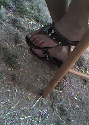 Улыбчивая Лиза очень стесняется, поэтому все, что она может показать – ножки в шлепках - фото 17