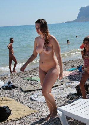 На нудистком пляже много голых девушек, которые с удовольствием показывают себя окружающим - фото 7