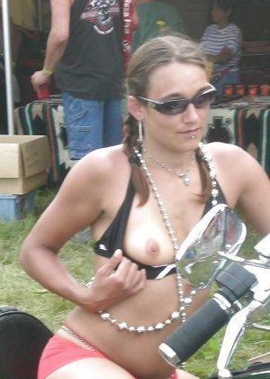 Множество фотографий, на которых девушки показывают обнаженные тела на фоне мотоциклов - фото 11