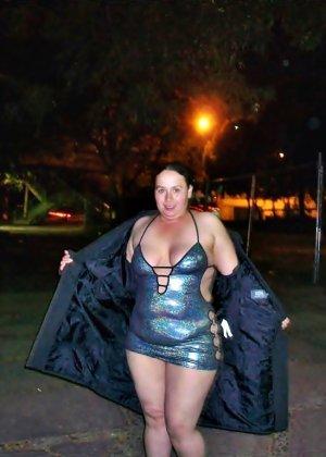Полная женщина прямо на улице хвастается своей фигурой, абсолютно забывая о всяком стеснении - фото 31