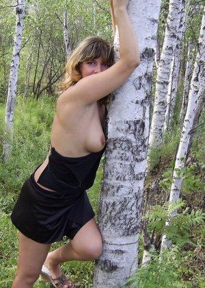 Зрелая женщина готова показать свои прелести всем подряд – она демонстрирует себя прямо на природе - фото 36