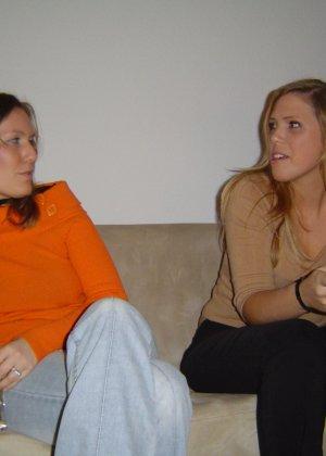 Две подружки показывают, как им нравится расслабляться в компании друг друга, но и по отдельности они не скромничают - фото 9